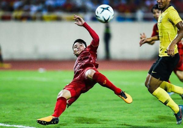 Quang Hải ngả người móc bóng cực điệu nghệ khiến đối thủ Malaysia không kịp trở tay